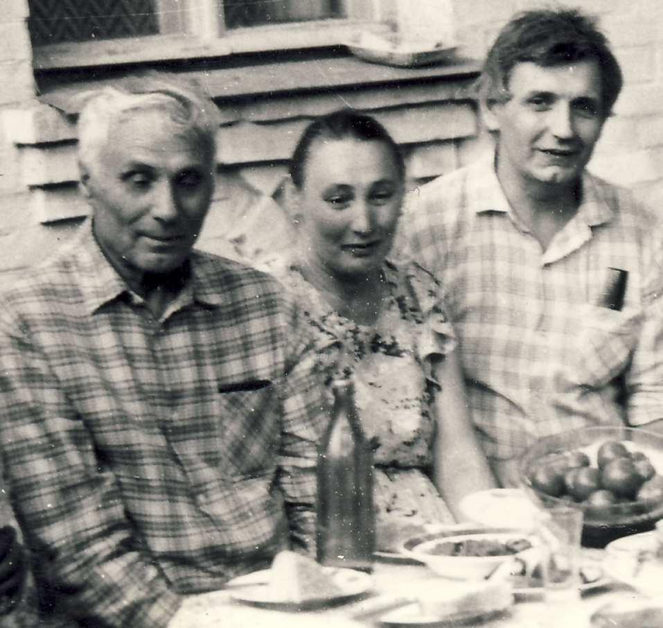 Русский дед в деревне пригласил молодую деваху и начал к ней приставать 24 фотография