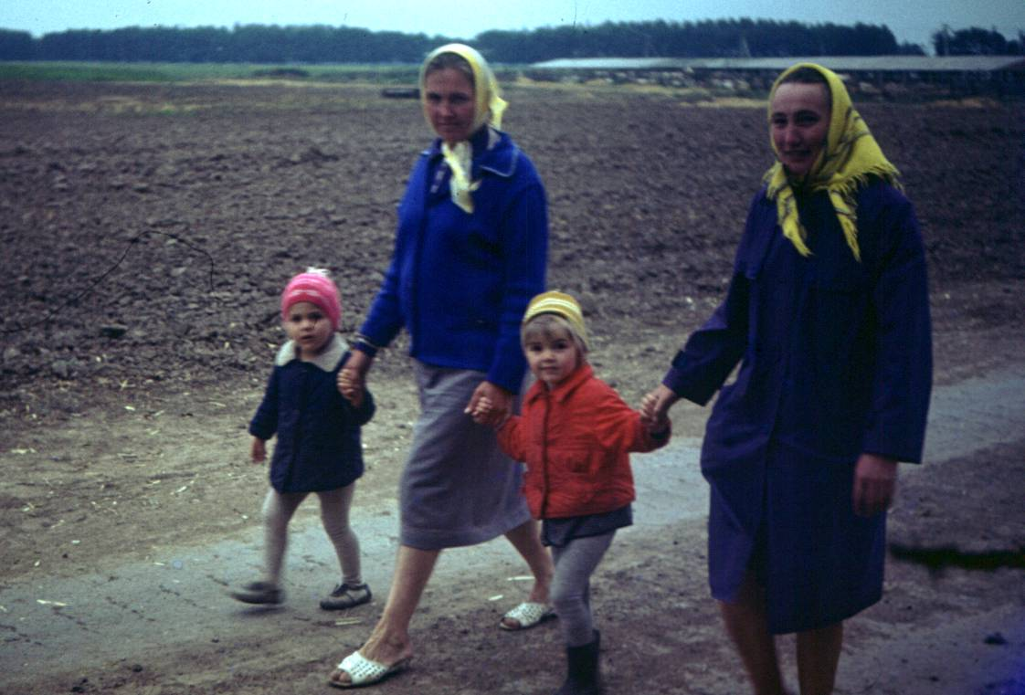Русский дед в деревне пригласил молодую деваху и начал к ней приставать 25 фотография